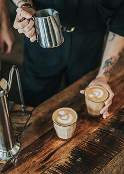 Barista preparando café